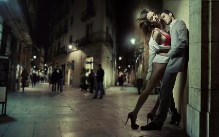 fashionable couple: Sensual pareja de enamorados bes�ndose en la oscuridad de la larga noche