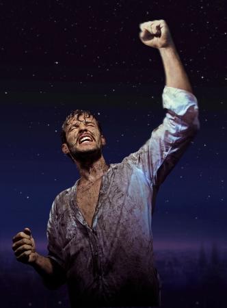 hombre sucio: Hombre sucio Brave en gloria pose Foto de archivo
