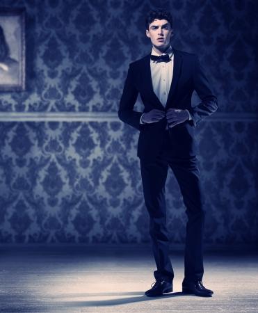 modellini: Atleta giovane uomo che indossa perfetto smoking nero