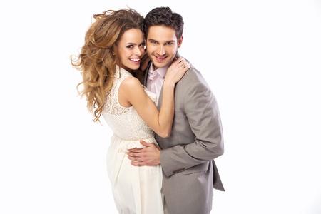 verlobt: Entspannte und fröhliche Paar umarmt einander