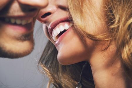 femme se deshabille: Gros plan photo d'un couple attrayant joyeux