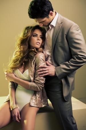 femmes nues sexy: Guy protection bienveillante de sa petite amie Banque d'images