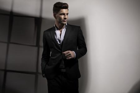 männchen: Handsome guy in Unternehmen darstellen