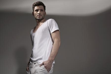 attraktiv: Muscular handsome guy trägt Frühlingskleidung Lizenzfreie Bilder