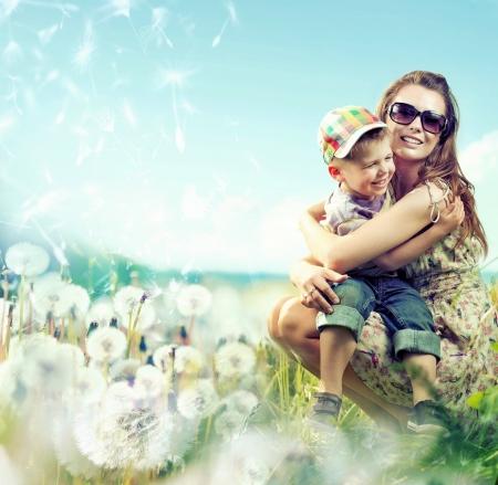 in the summer: Pretty mamá huging su pequeño niño encantador