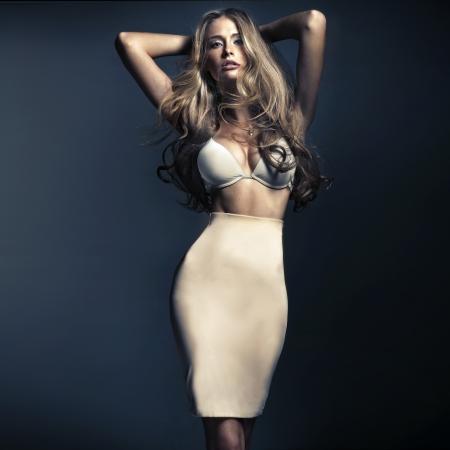 Welgevormde blonde vrouw met lang haar Stockfoto