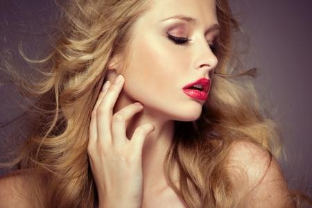 mooie vrouwen: Verleidelijke vrouwelijke model met bleke teint Stockfoto
