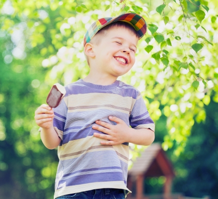 dítě: Spokojený malé dítě jíst zmrzlinu