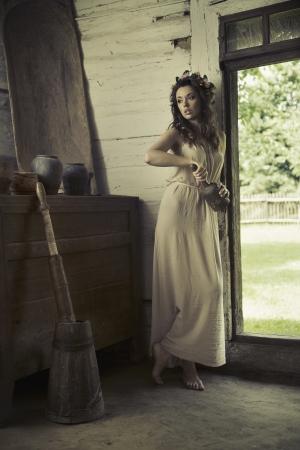 vintage: Leuke vrouw met blote voeten in het landelijke huis Stockfoto