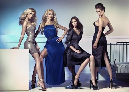 EVENING DRESS: Forme la foto de cuatro modelos femeninos atractivos