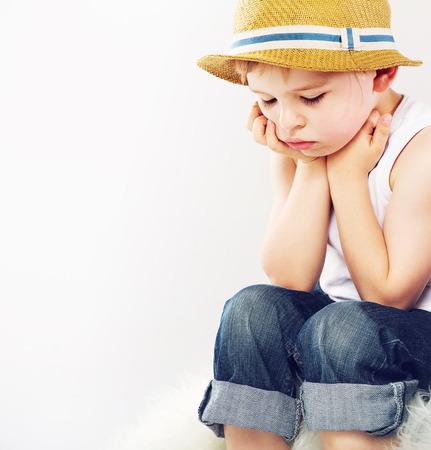 straw hat: Triste ragazzo carino con il suo cappello di paglia