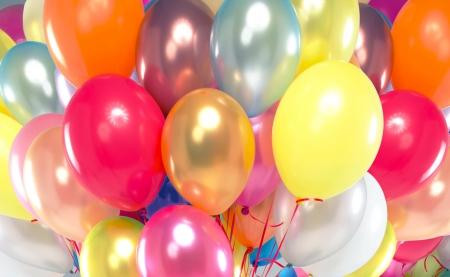 globos de cumpleaños: Foto presenta el manojo de globos de colores