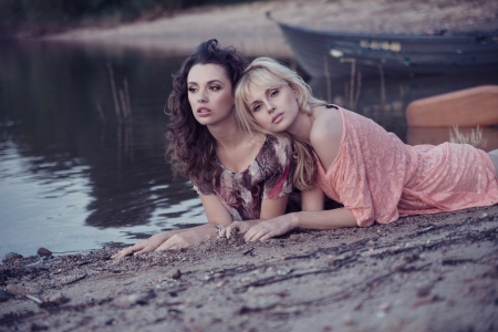 Zwei Frauen Freunde Hinlegen am Strand Standard-Bild - 22306256