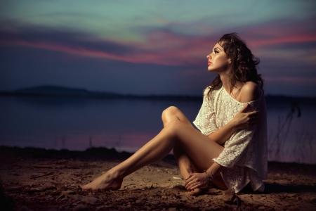 nue plage: Belle jeune mannequin séduisante par la mer Banque d'images