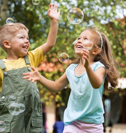 bulles de savon: Belle photo d'enfants heureux mignon Banque d'images