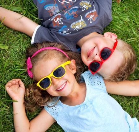 사진 제시 아이들이 녹색 잔디에 relaxinng 스톡 콘텐츠