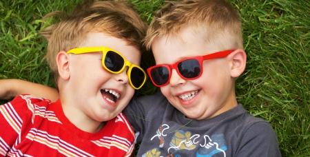 派手なサングラスをかけている若い兄弟の笑顔 写真素材