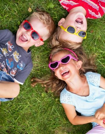 jugar: Los niños ríen relajantes durante día de verano