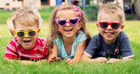 Drôle d'image de trois enfants qui jouent Banque d'images - 22306335