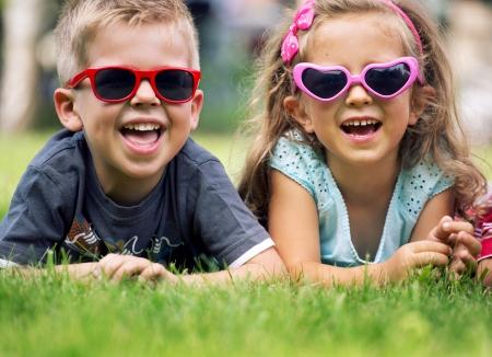 멋진 선글라스가 달린 귀여운 어린 아이들