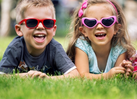 jugar: Niños lindos con las gafas de sol elegantes Foto de archivo