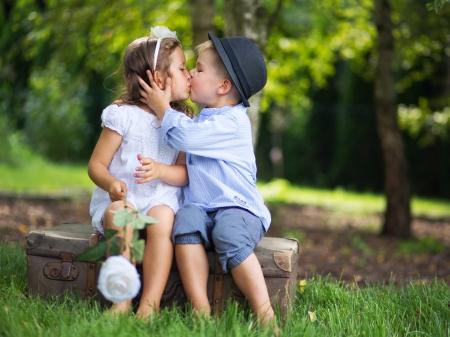 各他のキスの子供たちのかわいいカップル 写真素材