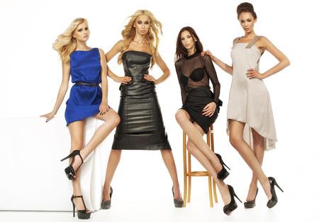 Cuatro modelos femeninos atractivos juntos