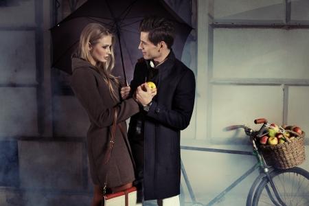 lluvia: Buen retrato de la atractiva pareja