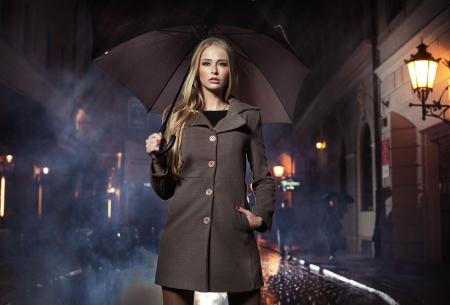 lluvia paraguas: Se�ora rubia sexy con ubrella Foto de archivo