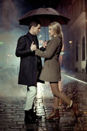 UOMO pioggia: Foto presentando coppia durante sera d'autunno