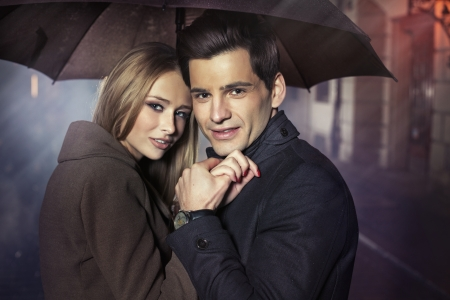 relation: Grand portrait de l'automne jeune couple Banque d'images