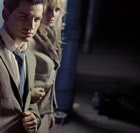 lifestyle: Schöne junge Paar zusammen zu Fuß in der Nacht Stadt