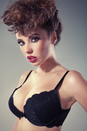 大規模なセクシーな唇を持つ魅力的なブルネット女性 写真素材 - 24099625