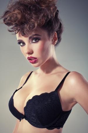 Verleidelijk brunette dame met grote sexy lippen Stockfoto