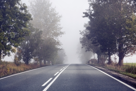 田舎の後ろに空の道