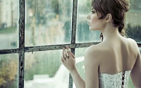 echtgenoot: Sensuele jonge bruid wacht op haar man Stockfoto