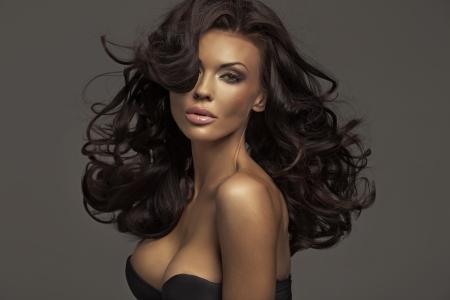 mooie vrouwen: Brunette dame met een donkere, heldere teint