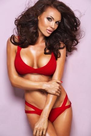 piernas sexys: Dama Morena desireble vistiendo ropa interior roja