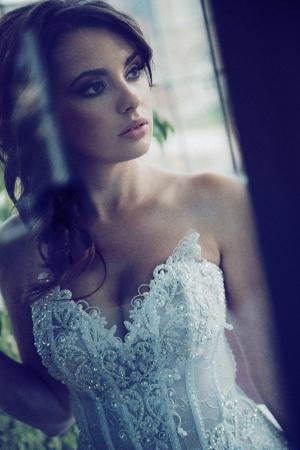 besos apasionados: Mirada seria de la novia joven morena
