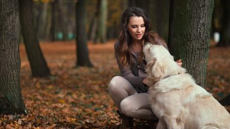 femmes souriantes: Dame attirante avec son chien gentil labrador