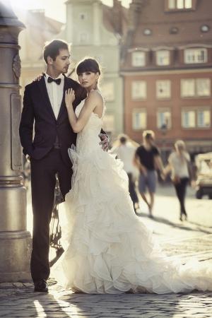 boda: Pareja joven matrimonio feliz en el casco antiguo