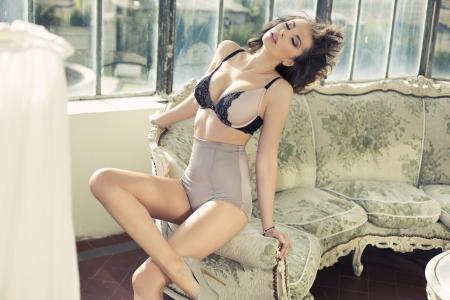 femme romantique: Brunette jeune femme dans une pose s�duisante