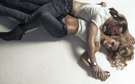 ıslak: Yakışıklı bir adam tarafından sarıldı mükemmel bir vücut ile kadın Stok Fotoğraf