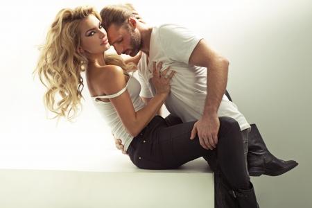 besos apasionados: Muscular hombre tocando su novia sensual