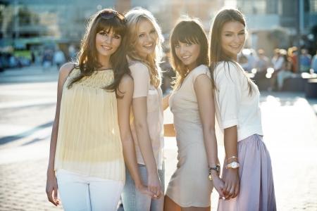 Vier schöne Frauen in casual Pose
