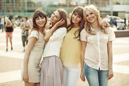 Веселые дамы в середине переполненном площади
