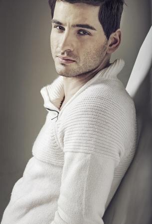 Hombre joven hermoso con impresionantes ojos marrones Foto de archivo