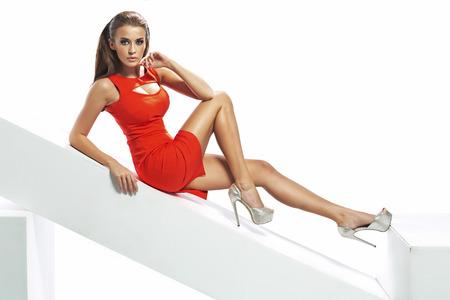 섹시한 드레스를 입고 완벽한 갈색 머리 아가씨