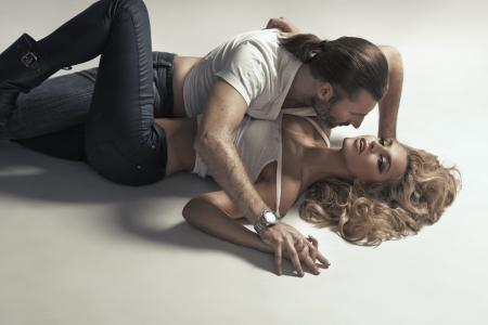 voluptuosa: Pareja de adultos sexy en pose muy sensual Foto de archivo