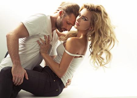 besos apasionados: Hermoso hombre tratando de seducir a una mujer rubia